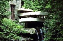 滝側から見た落水荘