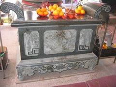 古色古香的石雕供桌