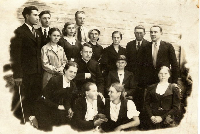 The priest Józef Ingielewicz (center), my Mother (left) and other Catholics, 1939