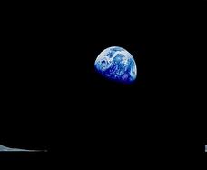 Esta Tierra que las dos habitábamos en esa inmensa muerte del espacio. Ahora tú estás ahí instalada