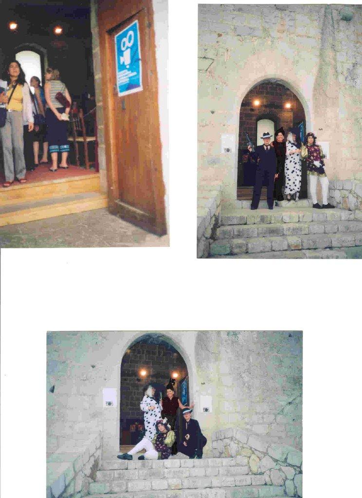 En la puerta del Salón Gótico con un grupo con gente conocida y amiga. Difrazados.