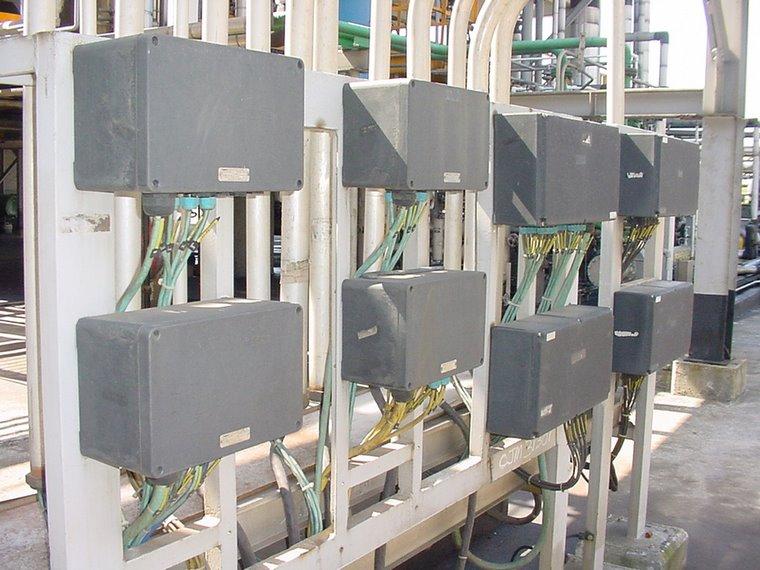 """Caixas de junção com invólucro plástico Ex """"e"""" IP 65 com circuitos intrinsecamente seguros Ex """"i""""."""
