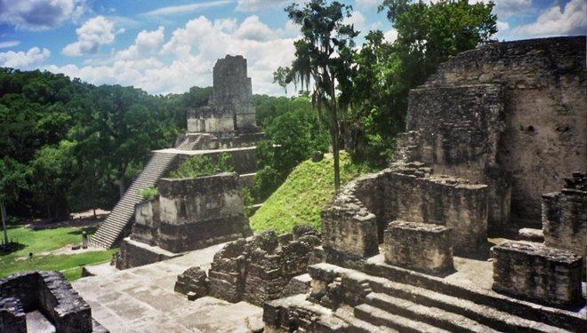 Plaza de las ruinas de Tikal, vista