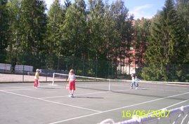 Hervannan Ahvenisjärven tenniskenttä soveltuu lähinnä pehmopallotteluun alkeiskurssilaisten kanssa