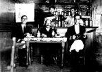 Flía Naumovich en bar - 1930