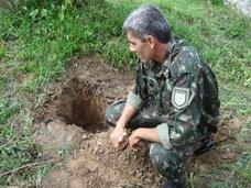 Guarda Ambiental ensina a plantar mudas.