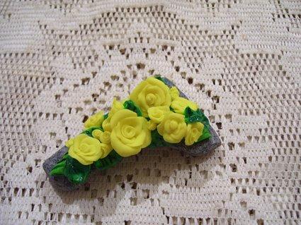 Piccolo ramo di rose gialle.