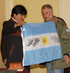 EVO MORALES, PRESIDENTE DE BOLIVIA RECIBIENDO OBSEQUIOS.