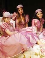 Cinco mujeres usando un mismo vestido