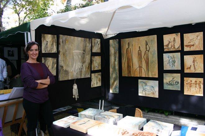 Maximina Espeso en su carpa de pintura rupestre, ella es la impulsora del proyecto.