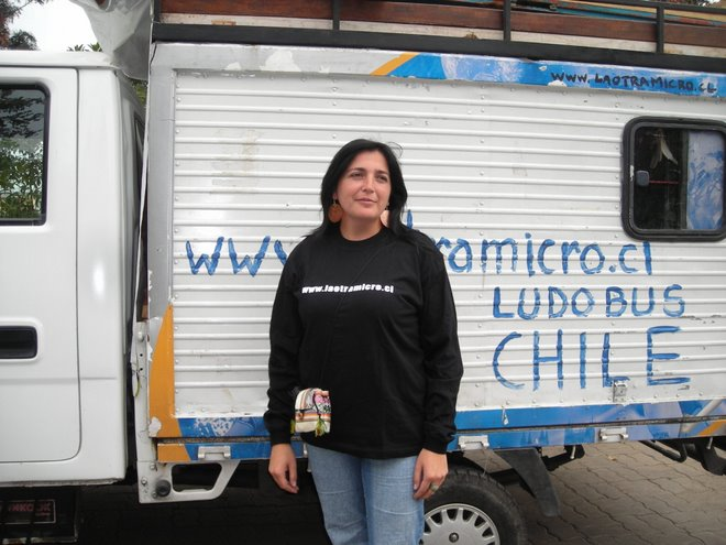 Anita es otra colaboradora del ludobus chile