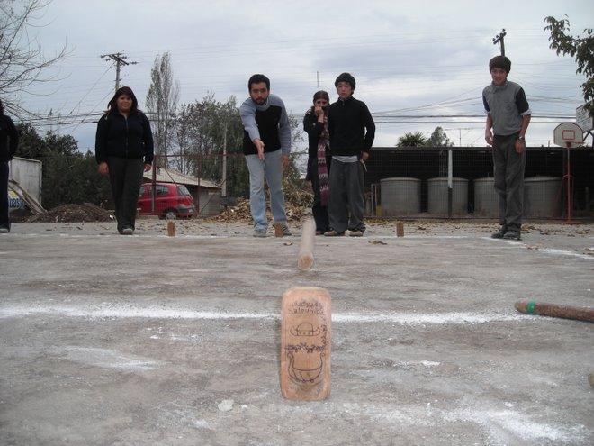 Escuela Las Camelias COANIL juego Vikingo, El  KUBB