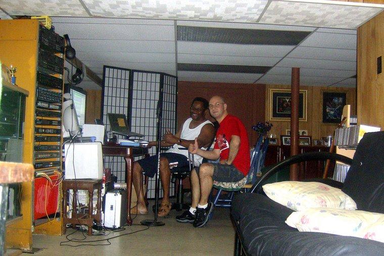 În studioul din subsolul casei lui Nate.