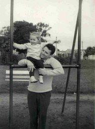 Con Papá en la plaza del barrio