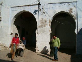 Ingången till begravningsplanen. Här ligger de första invånarna begravda