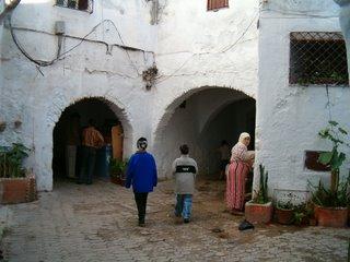 Ett torg inne i den äldsta delen av medinan. Kvinnan vid kranen är klädd i typiska kläder.