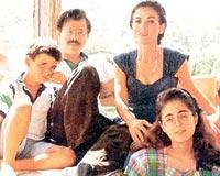 Adnan Kahveci ailesiyle birlikte