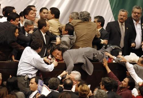 Diputados en lucha - Foto publicada por ALT1040