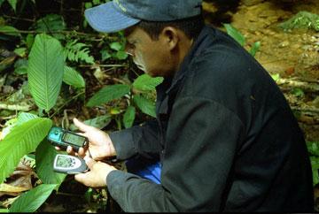 Un miembro de UMIYAC, de la Amazona Colombiana, utilizando equipos gps en una sección de la selva - Foto: ACT