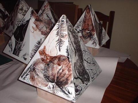 Piramide con grabado - Sofia.