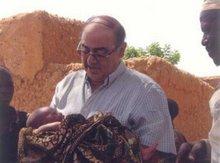 José Collado sosteniendo a un recien nacido en Níger