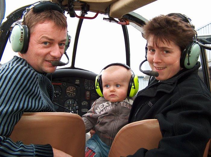 Pilotes de père en fils. A bord du Proctor Percival IV, G-ANXR, James, Xavier et Valerie