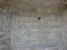 Inscriptie pe piatra la schitul rupestru Bosie