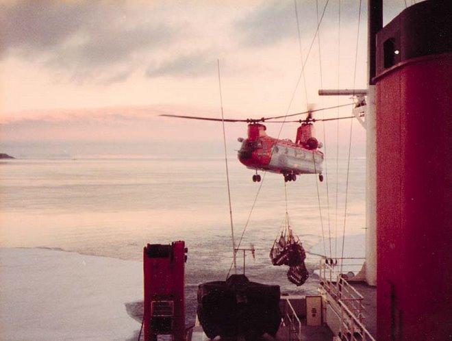 Chinook decolando cargado hacia la base vicecomodoro Marambio