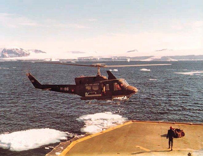 Bell 212 sobre la cubierta del Rompehielos Almirante Irizar