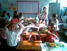 Niños y niñas elaborando masa flexible en artes plàsticas...
