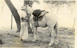 """Ensillando el caballo para salir. Gentileza de Maria Guadalupe """"Cota"""" Rios."""