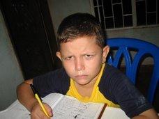 Oscar Julián haciendo tareas