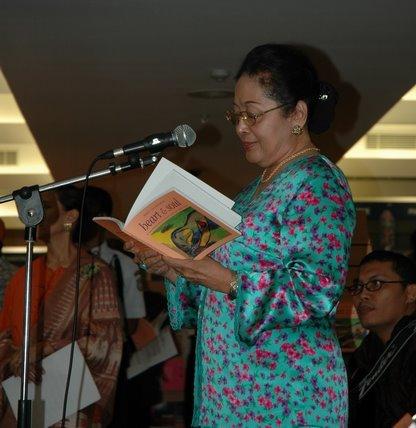 Poem reader Ibu dewi Rais Abin