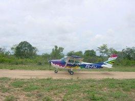 landet der auf einer straße oder einer piste - südafrika eben - buschfliegen!
