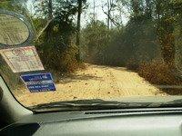รถเก๋งห้ามเข้า เพราะเส้นทางเข้ายังมีทางดินอยู่ ได้จอดรถไว้หน้าเขตรักษาพันธุ์สัตว์ป่า