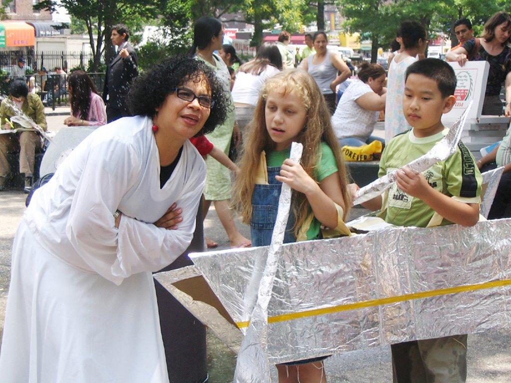 Karla Florez con los niños
