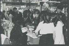 """Firma """"Orillas del Mundo"""" en la Feria del Libro."""