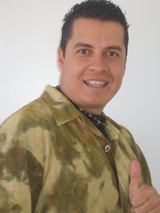 GUSTAVO SALINAS (Con el bombillo prendido)