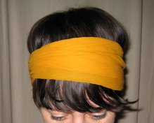 Senapsgula sjalen runt huvudet