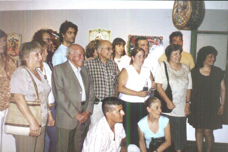 """Ricardo Gomez y alumnos, en la muestra""""El filtete un arte bien criollo y bien porteño"""
