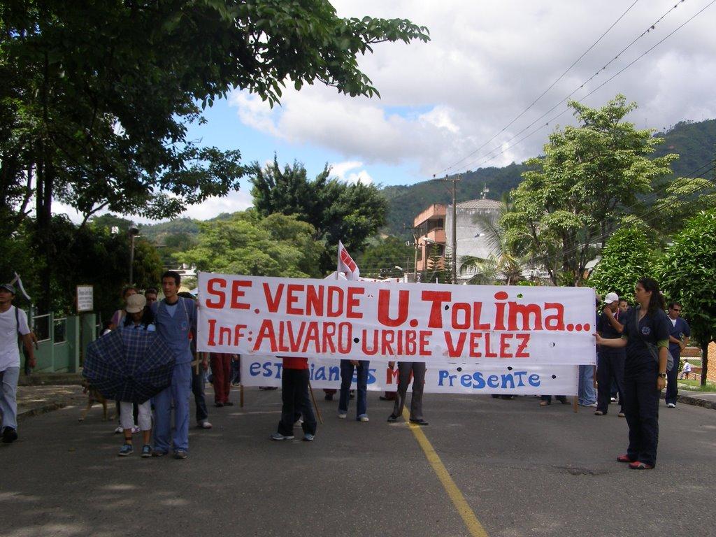Se vende universidad informes: Álvaro Uribe Vélez