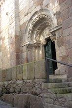 Puerta lateral de la iglesia de Santiago