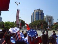 Qytetaret shqiptare mirepresin Presidentin Bush