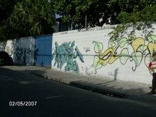 Parte externa da escola: muro grafitado por alunos e ex-alunos