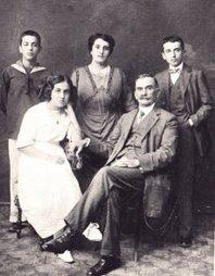 Καρυωτάκης (δεξιά) και η οικογενειά του