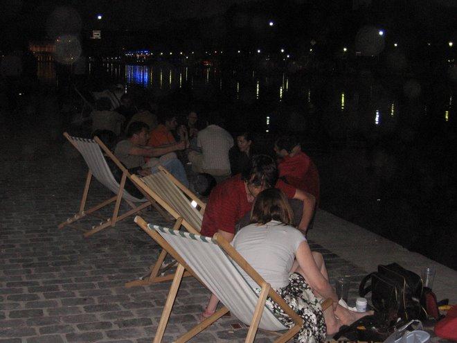 Gente picniqueando al lado del canal