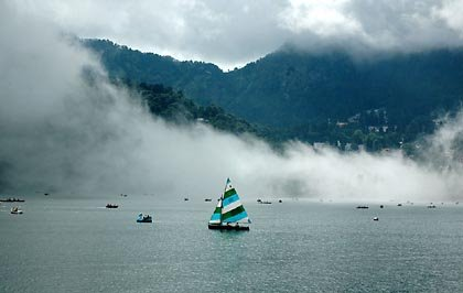 वैसे तो नैनीताल का मौसम हमेशा ही खुशगवार होता है। लेकिन शुक्रवार, 13 जुलाई को झील के आगोश में उतर आ