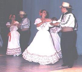 Pareja con trajes tradicionales