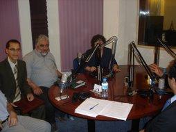Miembros de la Asociación Ibn Al Jatib, presentando el Congreso en la Radio