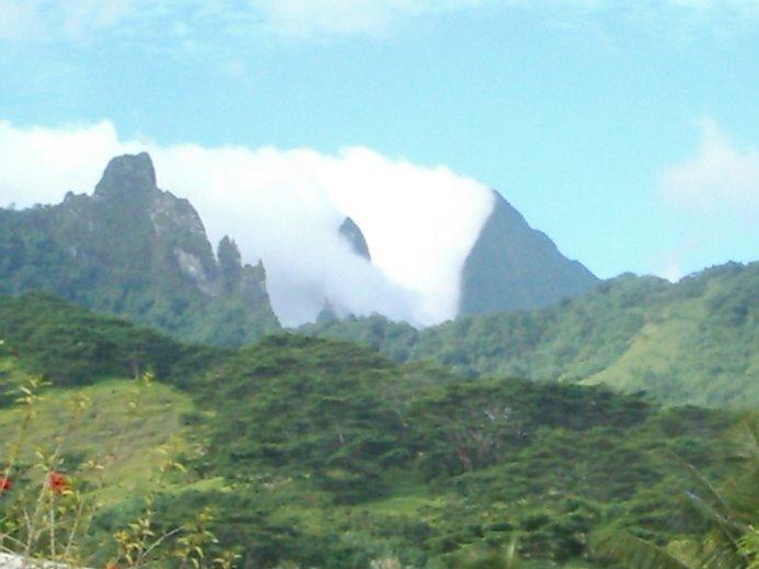 montañas sobre un manto verde